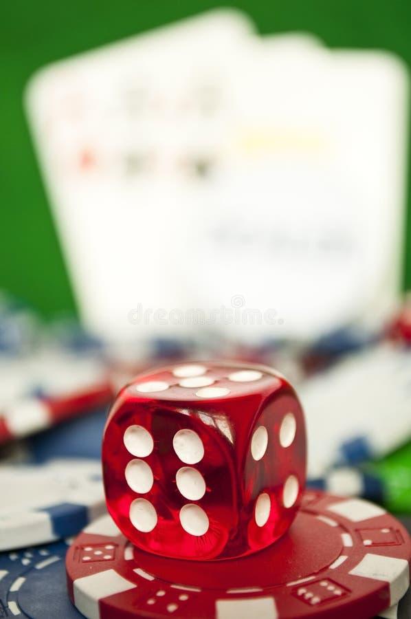 Grzebak czerwone kostki do gry na stercie kasyno szczerbią się - makro- strzał obraz royalty free