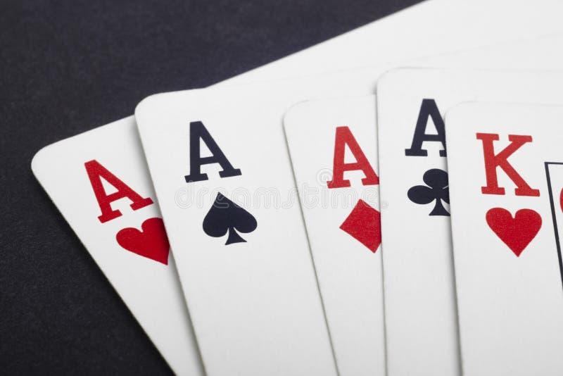 Grzebak karciana gra z cztery as i królewiątkiem Czarny tło obraz stock