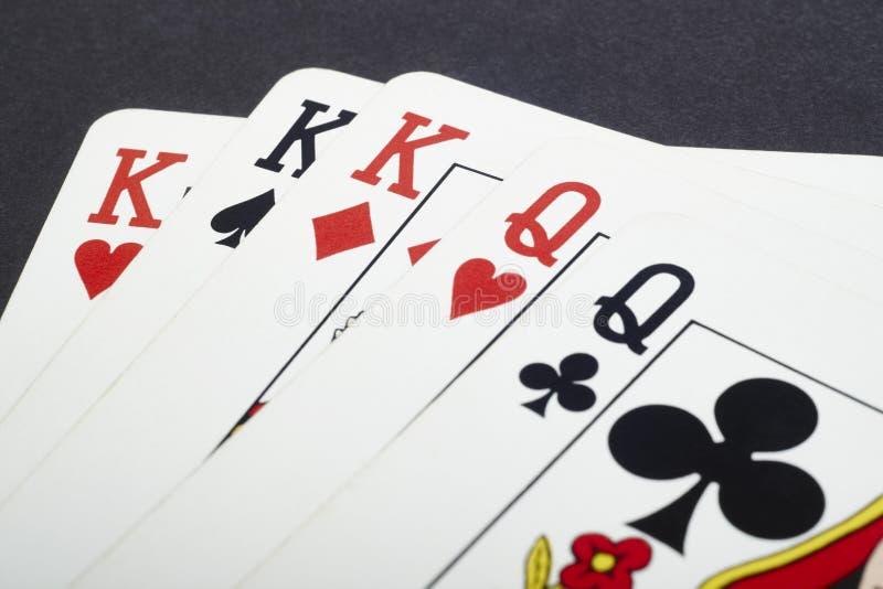 Grzebak karciana gra z królewiątkami i królowymi folował Czarny tło zdjęcie stock