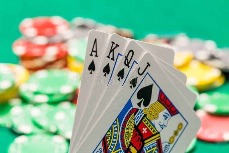 Grzebak karty z z ostrości kasynem szczerbią się w tle fotografia stock
