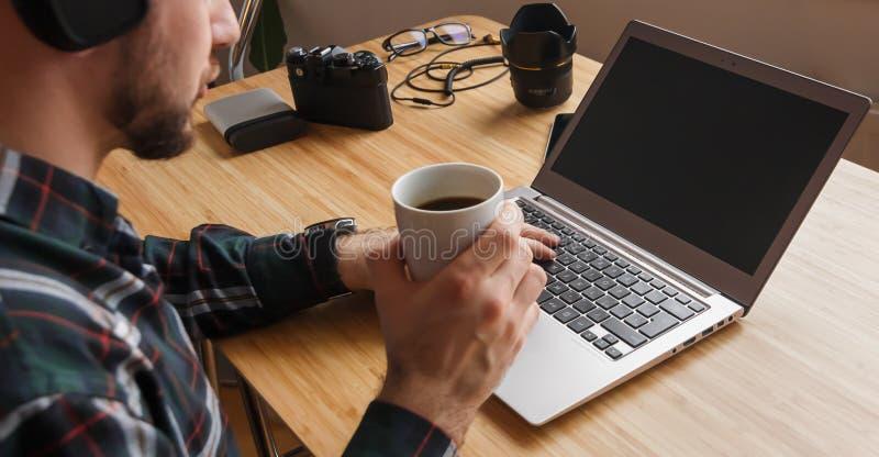 Grzebaka gamer pojęcie Nowożytny workspace fachowy artysta lub fotograf, pracuje na laptopie, pastylka, muzyczny twórca, zdjęcie royalty free