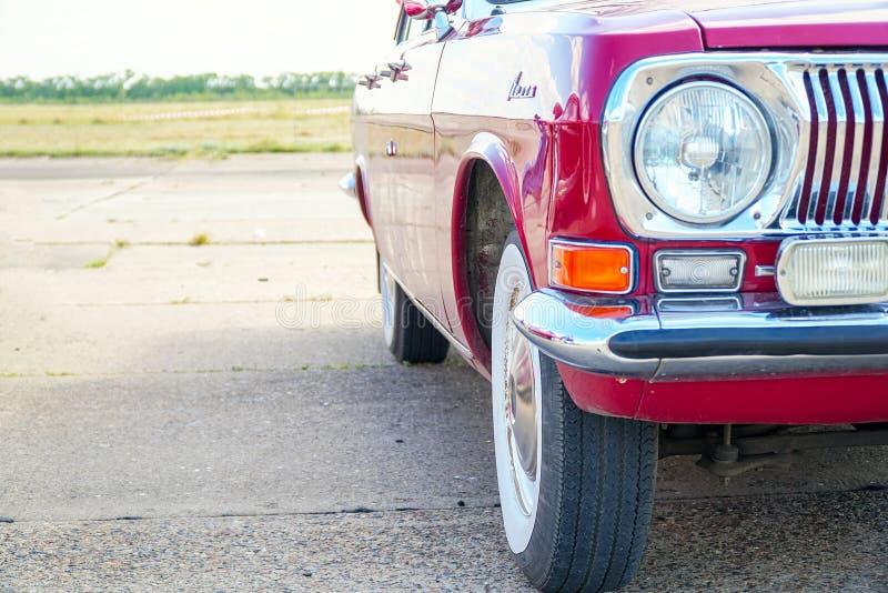 Grzejnik, zderzak i reflektor czerwony rocznika samochód, obraz stock