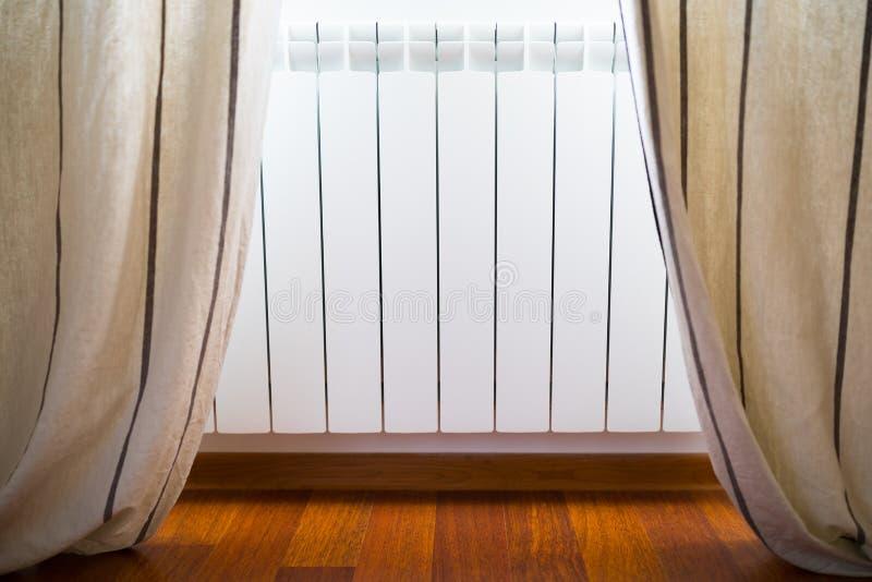 Grzejny grzejnik w wygodnym pokoju zdjęcie royalty free