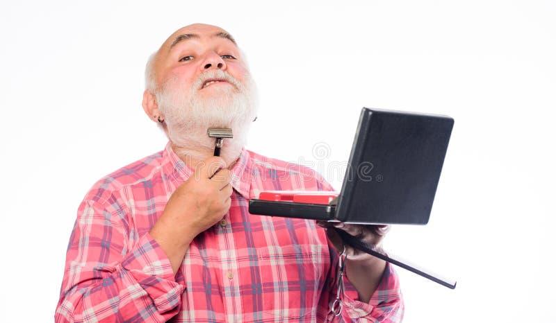Grzeszące włosy twarzy Doświadczony fryzjer docenia wysokiej jakości sprzęt fryzjerski Opieka nad fryzjerami Zbiór brody zdjęcie stock