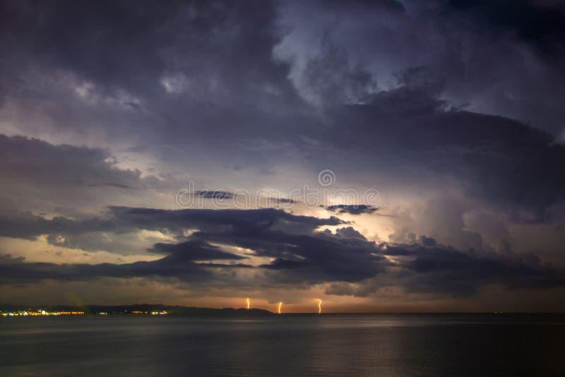 Grzmot burza, błyskawica nad morzem zdjęcie stock