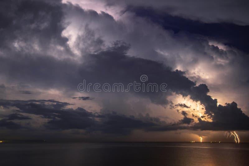 Grzmot burza, błyskawica nad morzem obraz royalty free