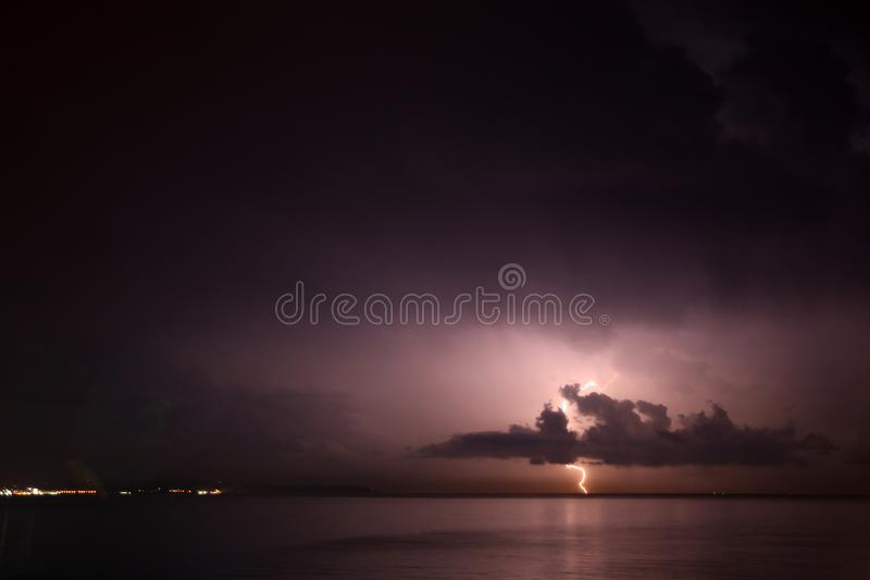 Grzmot burza, błyskawica nad morzem obraz stock