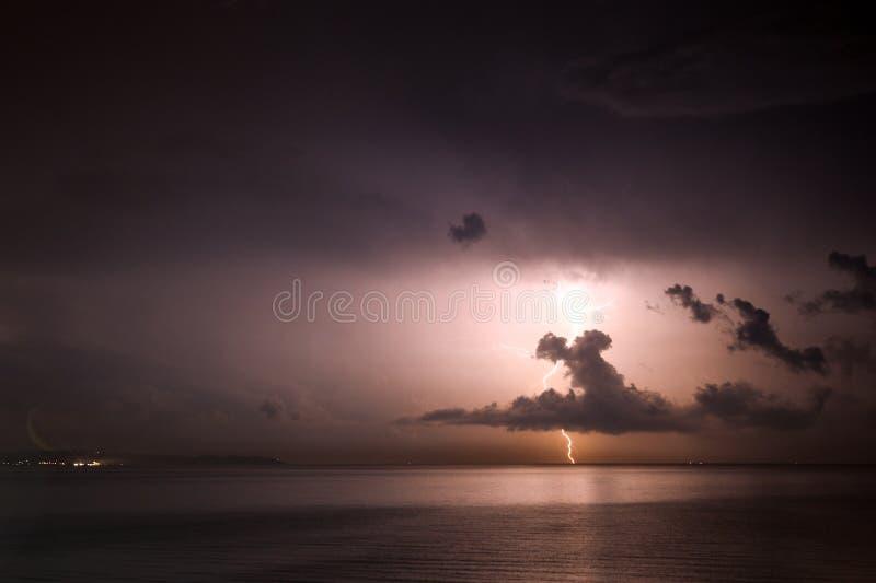 Grzmot burza, błyskawica nad morzem zdjęcia royalty free