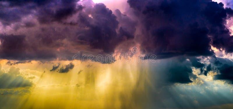 Grzmot burza z ulewnym deszczem obrazy royalty free
