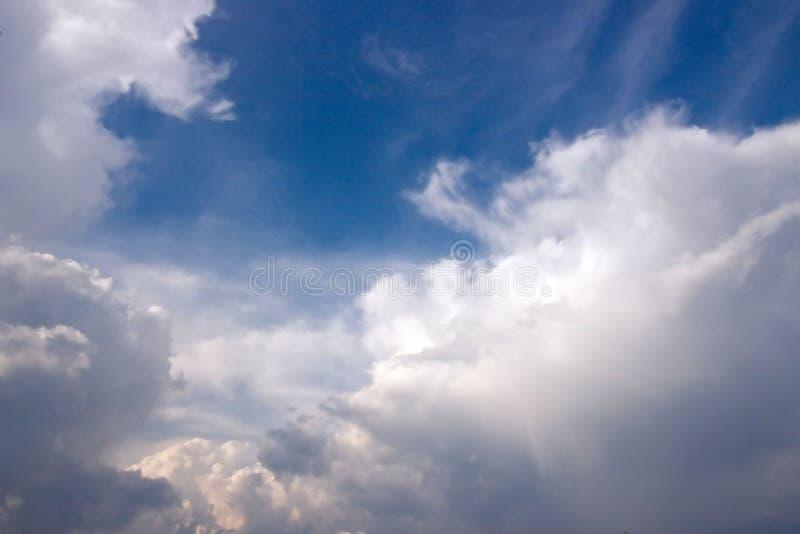 Grzmotu niebieskie niebo i burza obraz royalty free