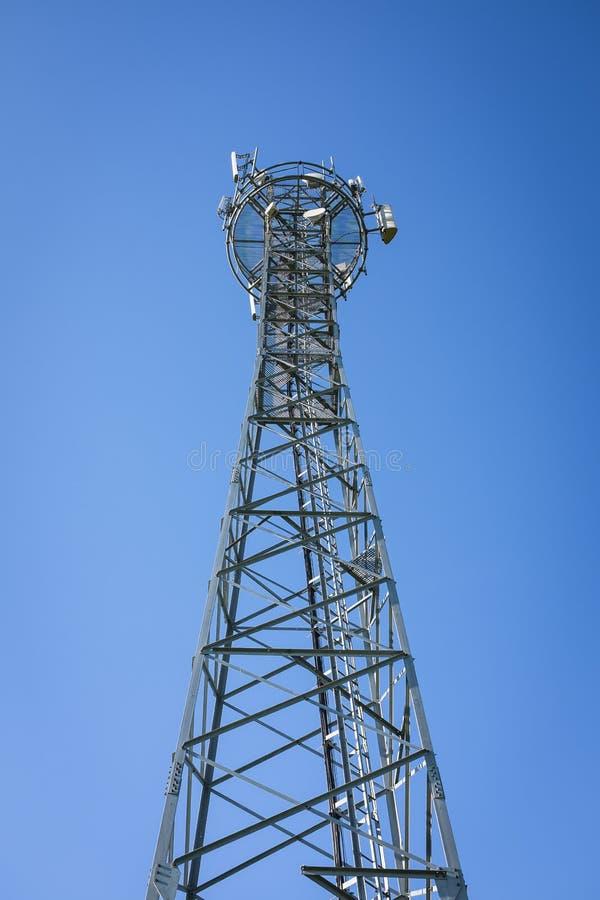 GSM niebieskie niebo i wierza obrazy stock