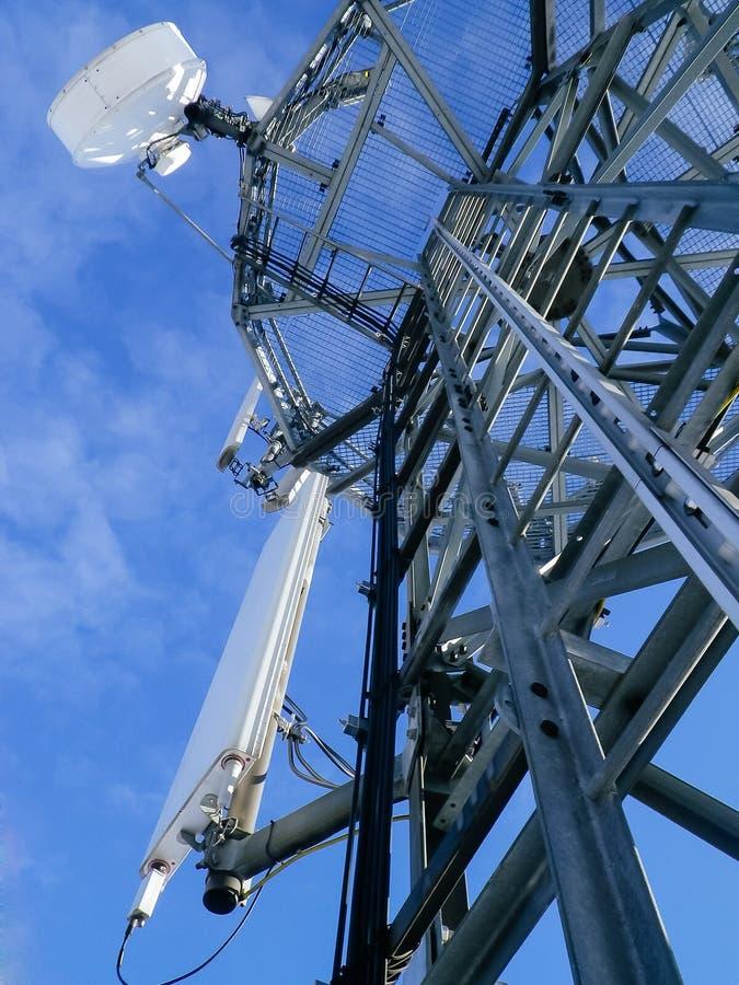 GSM reciver toren, technican klimmer stock fotografie