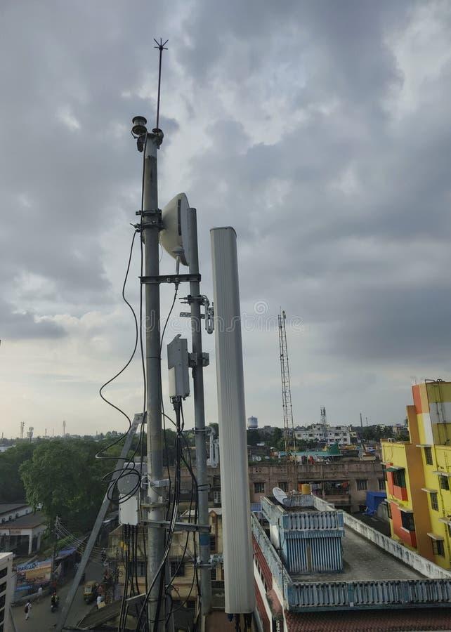GSM zenders op een dak van de menseningezetenen bouw royalty-vrije stock afbeeldingen