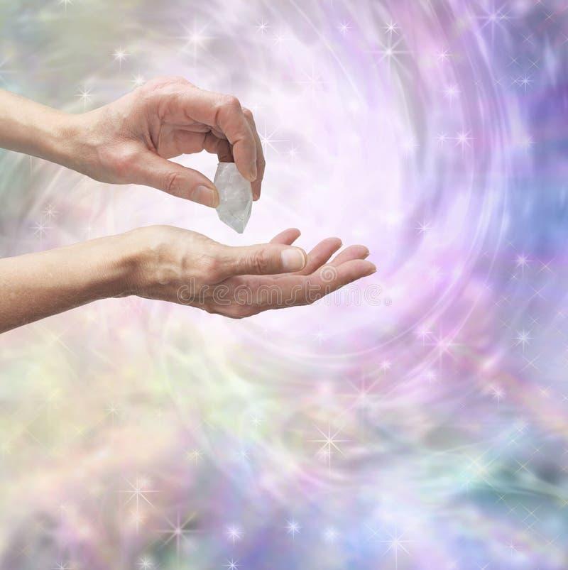 Guérisseur en cristal sentant l'énergie avec le quartz terminé illustration libre de droits