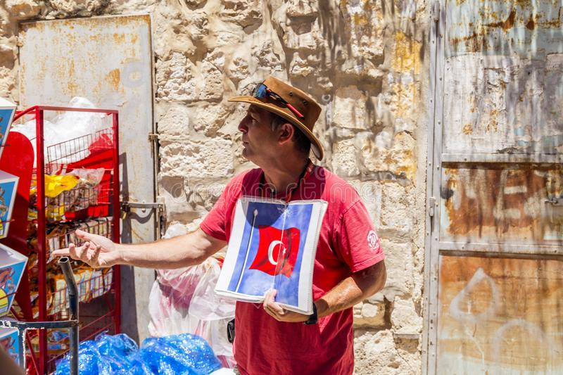 Guía turística israelí que da la información sobre la historia de Je foto de archivo libre de regalías