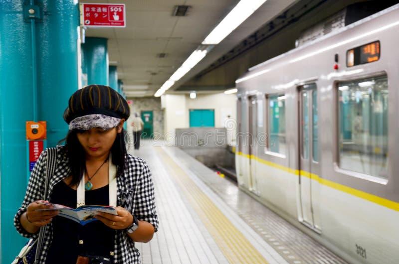 Guía turística tailandesa de la lectura de la mujer del viajero para la ciudad de Nara del viaje en s fotos de archivo