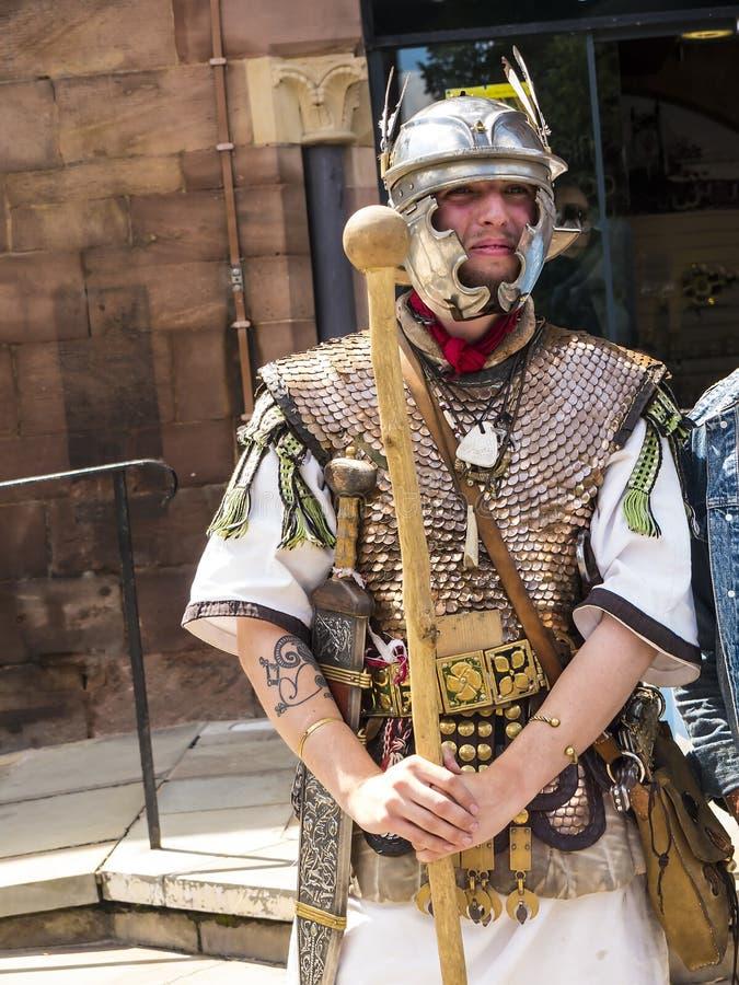 Guía turístico como Roman Soldier en Chester la ciudad del condado de Cheshire en Inglaterra foto de archivo libre de regalías