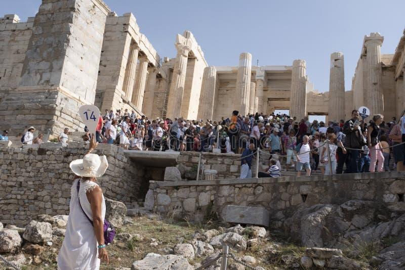 Guía turístico en la acrópolis, Atthens, Grecia imagen de archivo