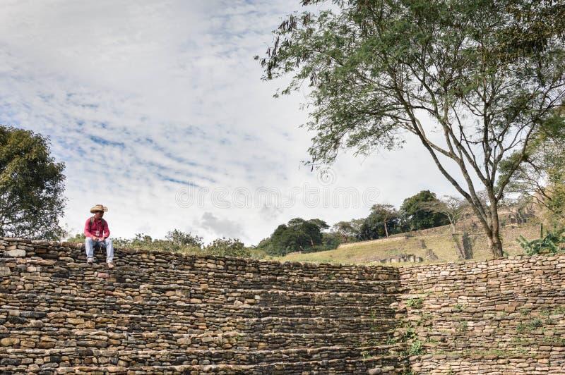 Guía turístico local en el sitio arqueológico de Tonina en Chiapas, México fotografía de archivo