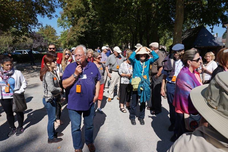 Guía turístico y grupo fotografía de archivo libre de regalías