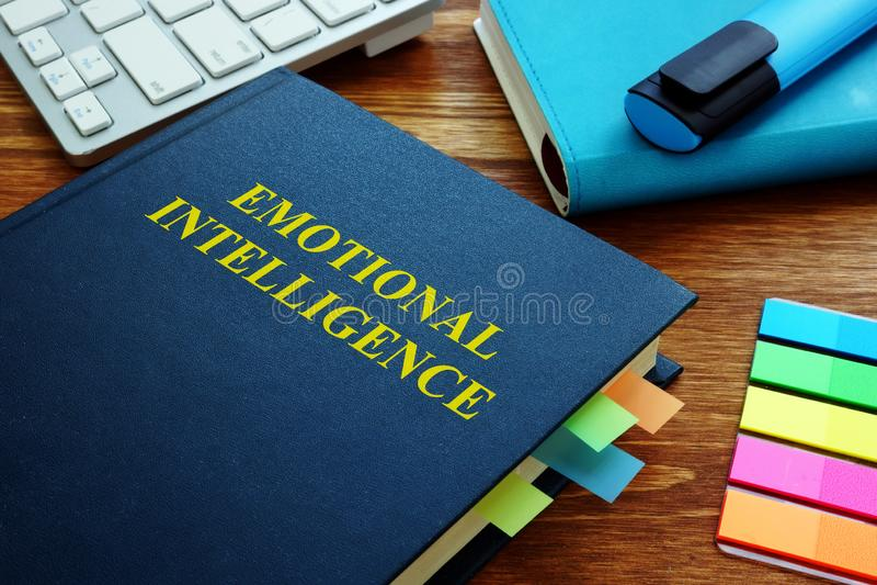 Guía y libretas emocionales de la inteligencia en oficina fotos de archivo libres de regalías