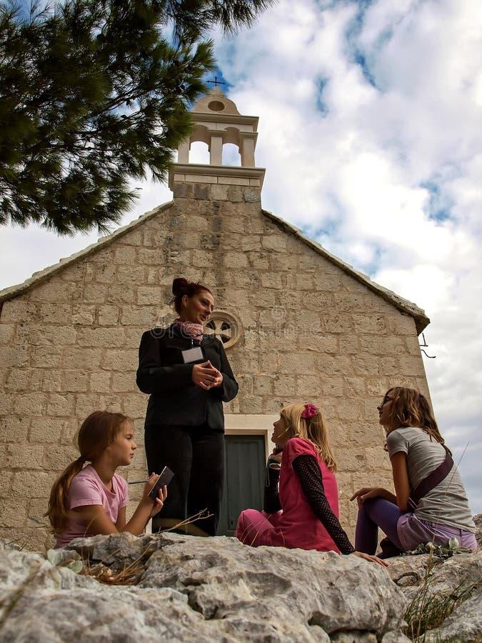 Guía y los niños en el viaje 1 fotografía de archivo libre de regalías