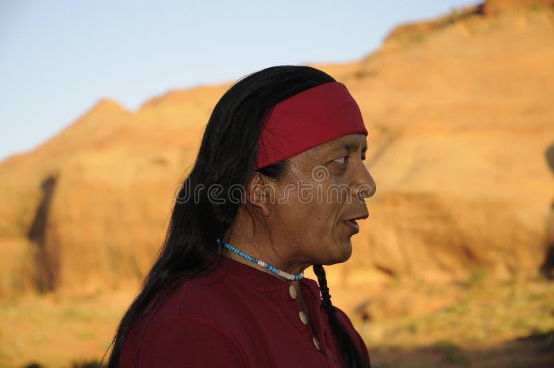 Guía y músico de Navajo en el valle los E.E.U.U. del monumento imágenes de archivo libres de regalías