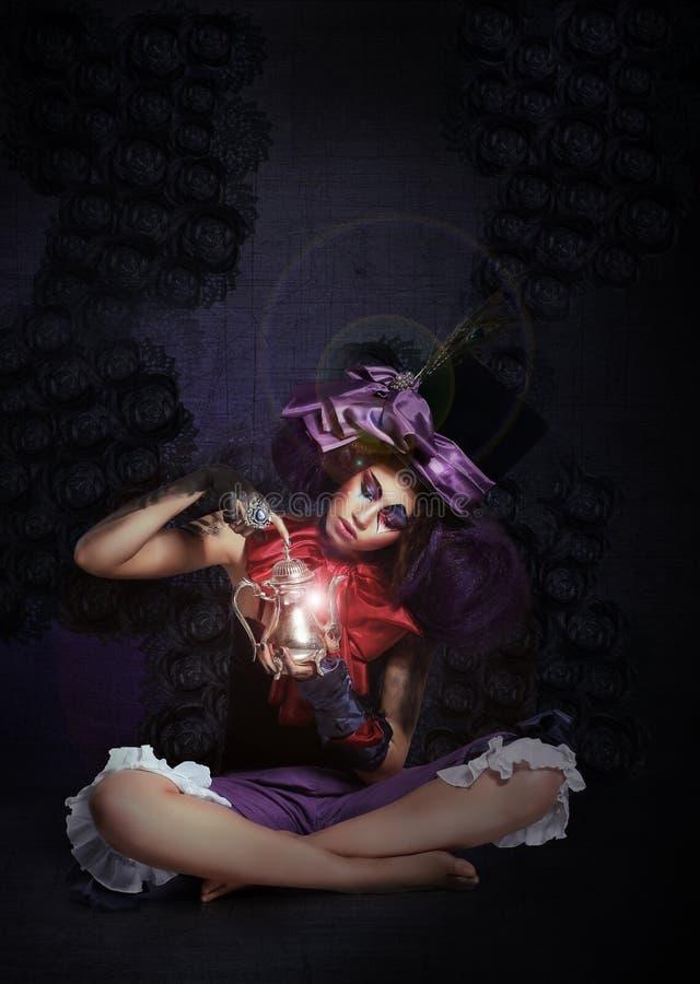 guślarstwo Enigmatyczny mag z lampą w ciemności fotografia royalty free