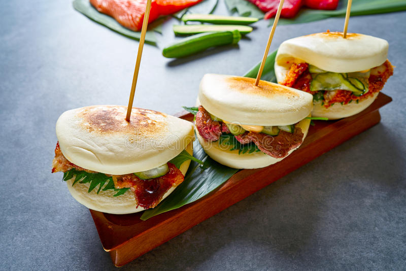 Gua bao肉和鸡亚洲人食物 免版税库存图片