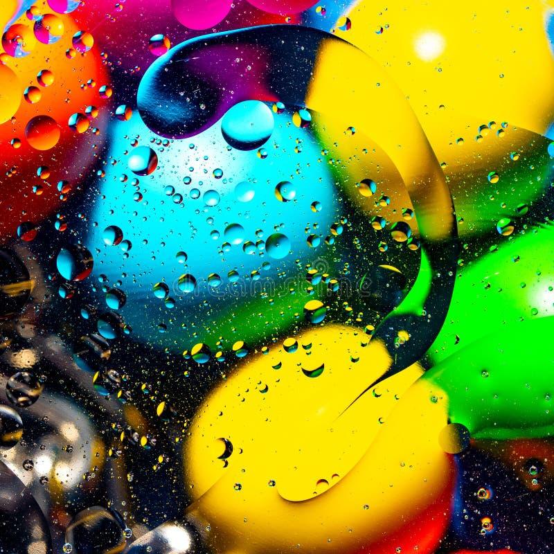 ?gua e ?leo de mistura em c?rculos e em ovals abstratos das bolas de um inclina??o do fundo da cor bonita foto de stock