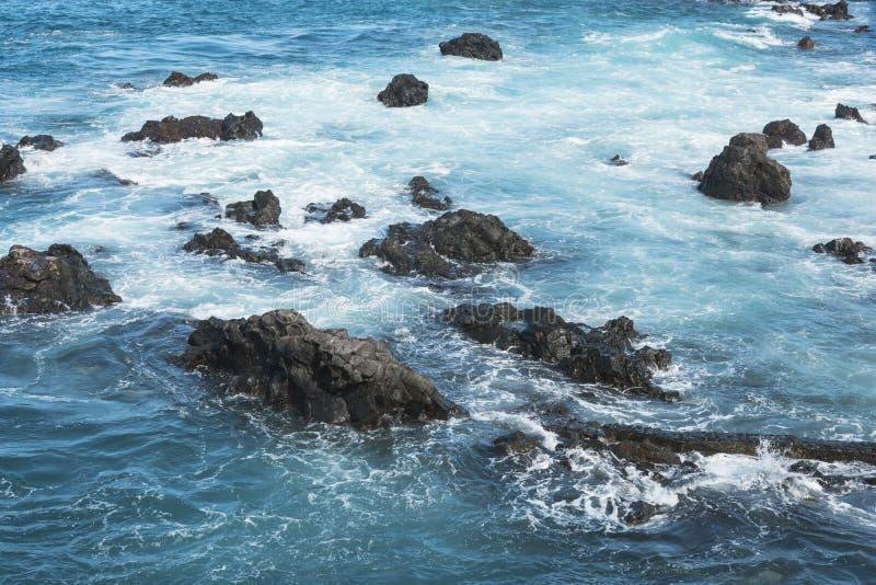 ?gua e rochas azuis do oceano paisagem bonita das Ilhas Canárias imagens de stock royalty free