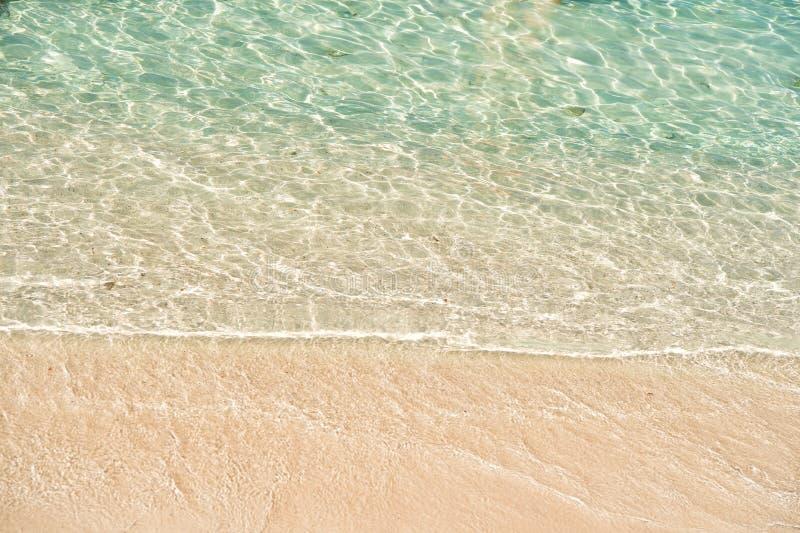 ?gua pura do oceano O azul celeste acena a opinião superior da areia dourada Fluxo e maré baixa Praia do mar ?gua desobstru?da Tr imagens de stock
