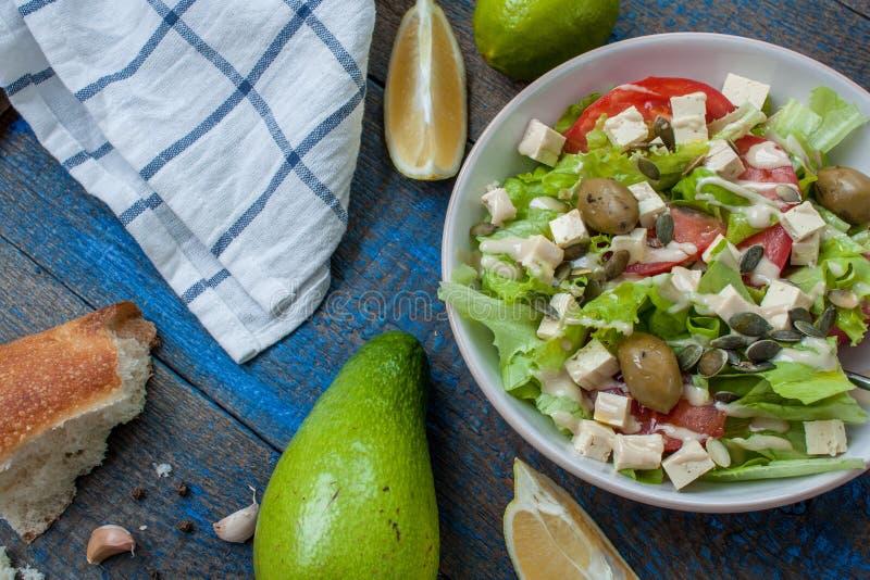 Guacamole - λατινοαμερικάνικο σάλτσα και αβοκάντο συστατικών, ντομάτες, κρεμμύδι, λεμόνι, σκόρδο, ασβέστης και πράσινη σαλάτα στοκ φωτογραφίες