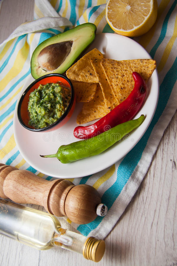 Guacamole della salsa fatto dell'avocado fotografie stock