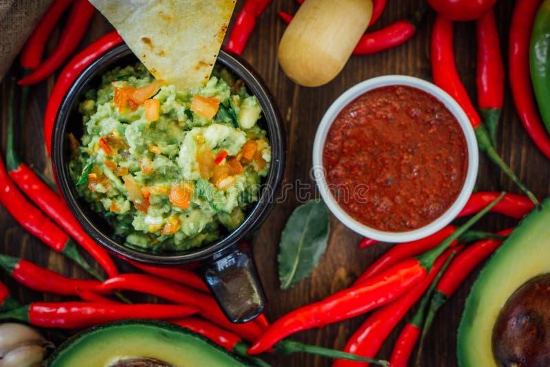 Guacamole en salsa - twee hete Mexicaanse vegetarische onderdompelingen stock foto's