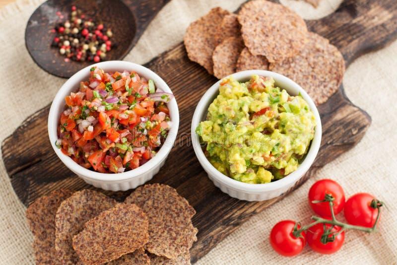 Guacamole et Salsa mexicains avec les puces gluten-gratuites image stock