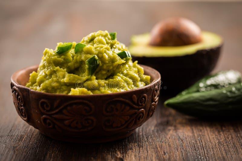 Guacamole med ingredienser royaltyfri fotografi
