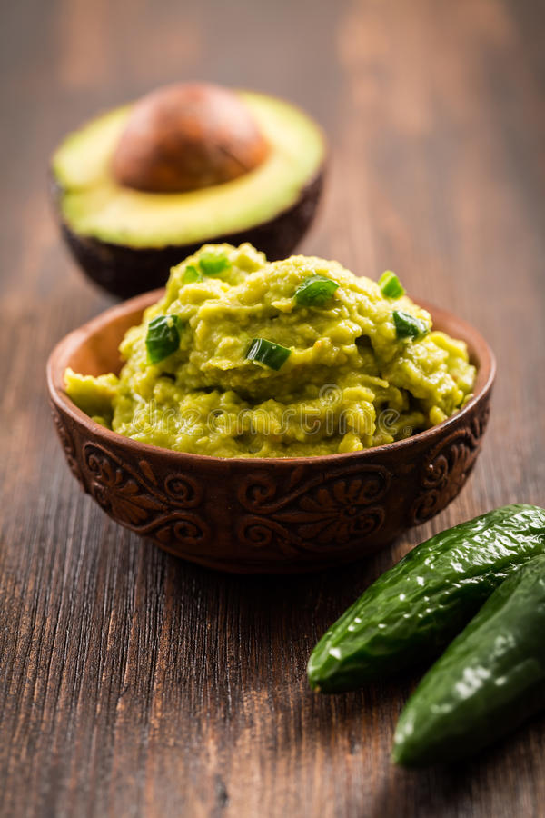 Guacamole med ingredienser arkivfoto