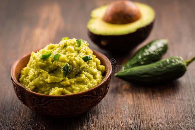 Guacamole med ingredienser arkivbild