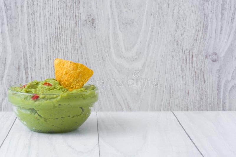 Guacamole med nachos arkivbilder