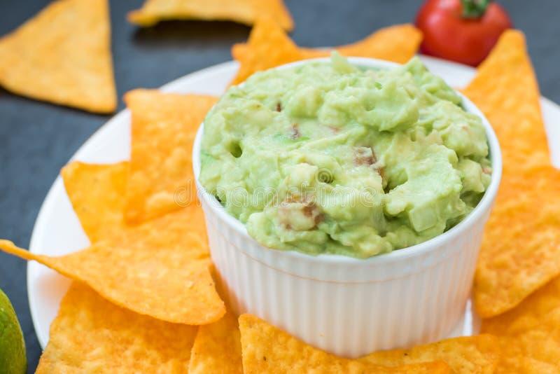 Guacamole messicano con i chip di cereale immagine stock