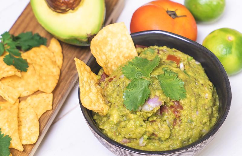 Guacamole mexicano com microplaqueta fotos de stock