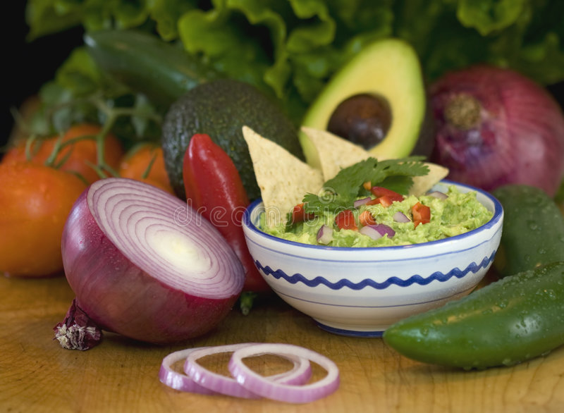 Guacamole, microplaquetas e legumes frescos fotografia de stock royalty free