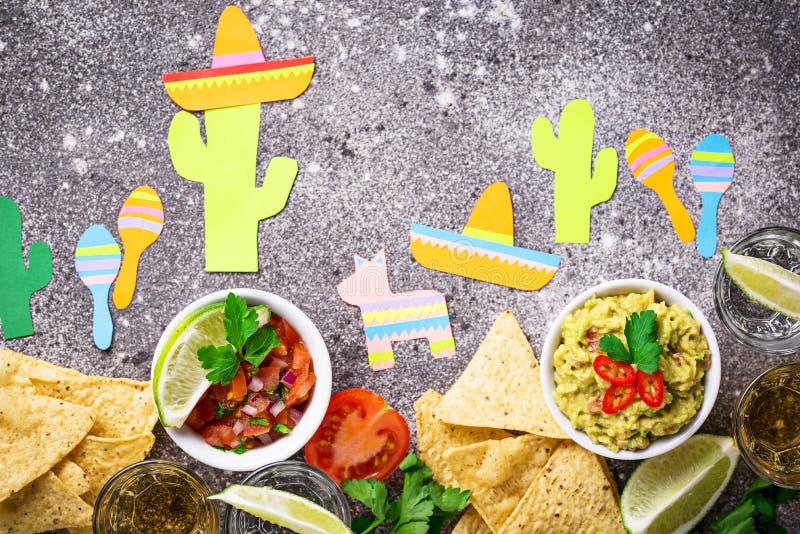 Guacamole, salsa, nacho e tequila fotografie stock libere da diritti