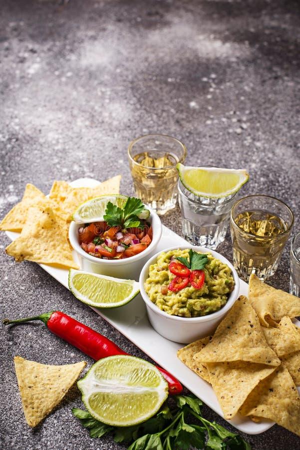 Guacamole, Salsa, nachos de puces et tequila images stock