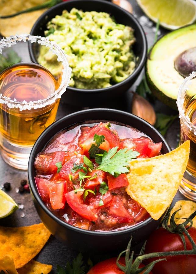Guacamole, Salsa, pommes chips et tequila mexicains de sauce à partie de nourriture dessus image stock