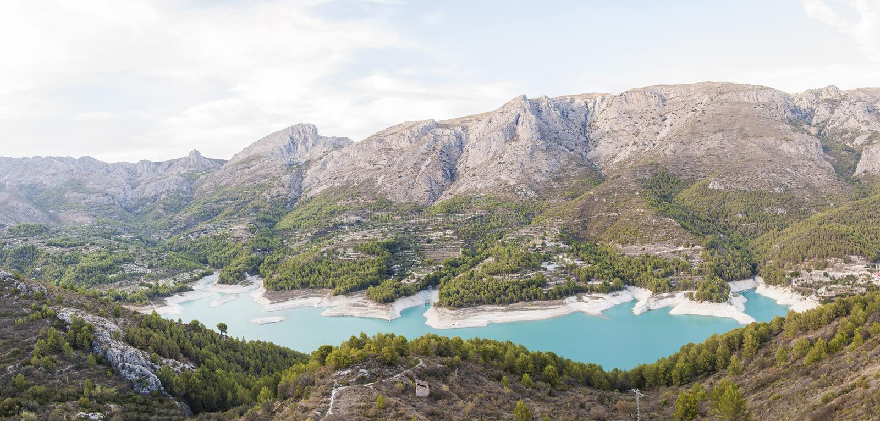 Guadalest dam, dichtbij Alicante, Spanje stock foto's