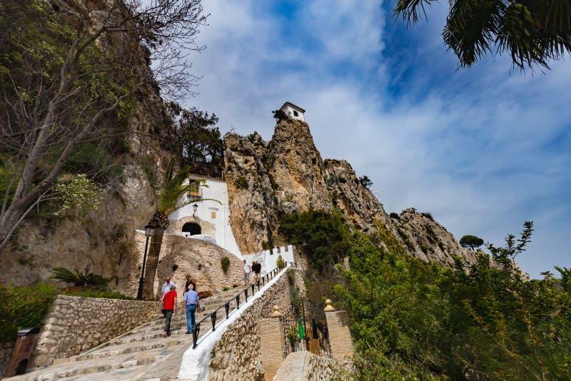 Guadalest, España - 21 de abril de 2018: Vista panorámica al paisaje hermoso en el pueblo de montaña Guadalest, España foto de archivo