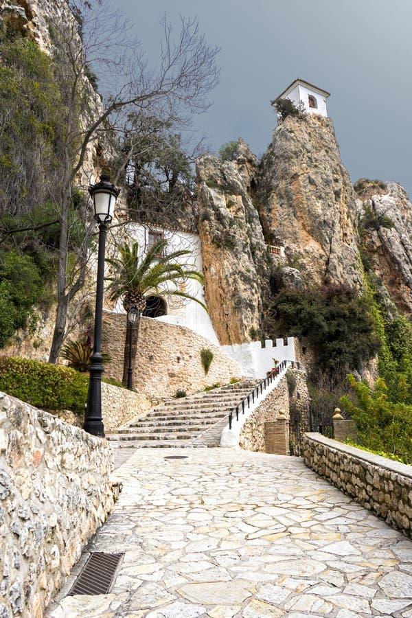 Guadalest Kasteel op de bovenkant van een schilderachtige klip Steeg bij de belangrijkste ingang aan het Kasteel Spanje, April 20 stock foto