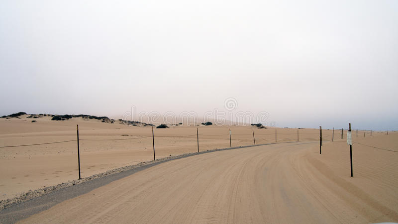 Guadalupe-Nipomo, la CALIFORNIE, ETATS-UNIS - 8 octobre 2014 : dunes de sable et une rue dans le parc national dans CA le long photographie stock